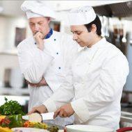 Làm Phụ Bếp Có Cần Học Nấu Ăn?