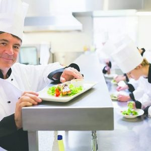 bếp trưởng trong nhà hàng