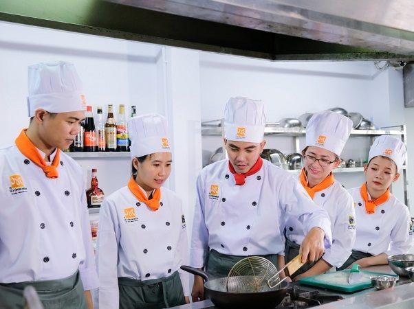 giới trẻ học đầu bếp