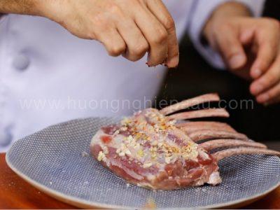 ướp gia vị vào thịt nướng