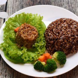ăn cơm gạo lứt kết hợp nhiều rau xanh